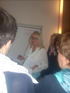 Brunhild Fischer mit Workshop-Teilnehmern