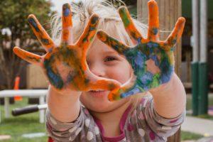 Kind mit beschmierten Händen