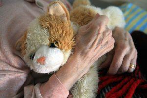alte Frau mit Teddy