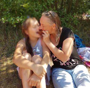 Mutter und Kind im Grünen