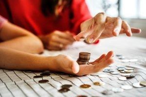 Frauenhände und Geld