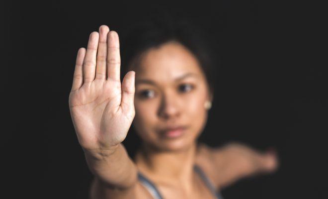 Frau hebt die Hand
