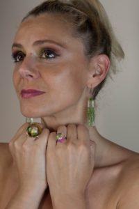 Frau mit Ohrschmuck und Ringen