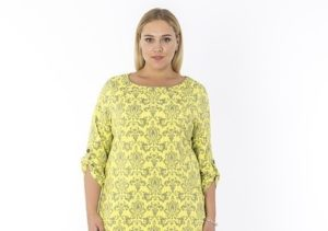 Kurvige Frau im gelben Kleid