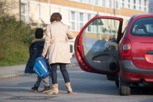 Mutter und Kind steigen aus Auto