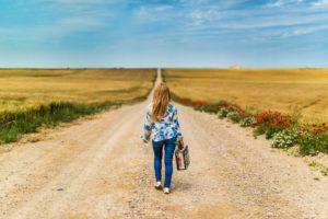 Frau auf Feldweg