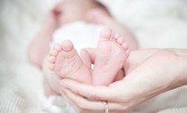 Baby wird gestreichelt