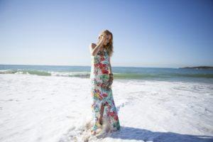 Frau in buntem Strandkleid