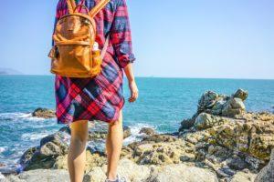 Frau mit Rucksack am Meer