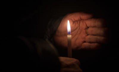Kerze und Hand
