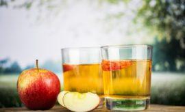 Gläser mit Apfelsaft