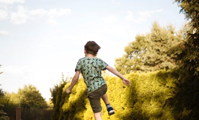 Fußballspielender Junge