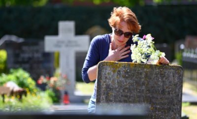 Frau auf Friedhof