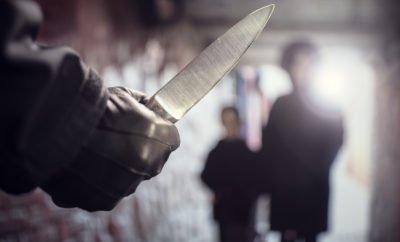 Frau mit Kind, Messer