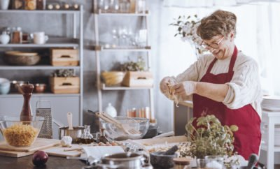 Frau backt Kuchen