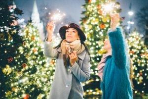 Freundinnen auf dem Weihnachtsmarkt
