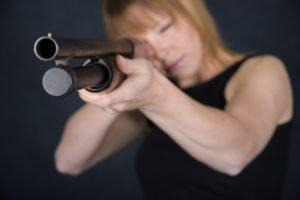 Frau mit Gewehr
