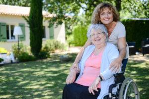 Frau im Rollstuhl mit Tochter