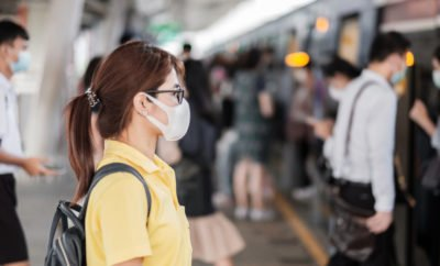 Junge Frau an U-Bahn