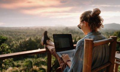 Frau am Rechner