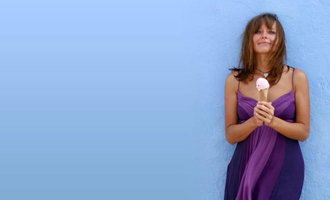 Frau mit Eis im Kleid
