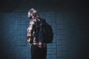 Mann im Kapuzenshirt