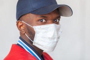 Farbiger mit Mundschutz