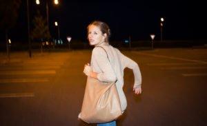 Erschrockene Frau in der Öffentlichkeit