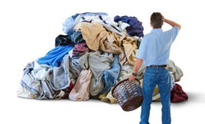 Mann vor einem Wäscheberg
