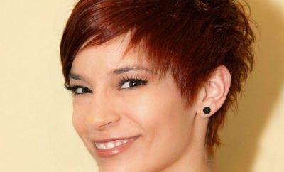 Frau mit kurzen Haaren