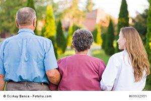 Rentnerpaar mit Pflegerin