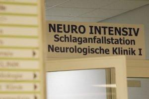 4309 / Die Stroke Unit im Klinikum Minden: DEUTSCHLAND, NORDRHEIN-WESTFALEN, MINDEN, 22. / 29. + 30.07.2005: Bildgebende Diagnostik: In der Neurologischen Abteilung des Klinikum Mindens befindet sich die Schlaganfallstation (Stroke Unit). Christoph Pueschner / ZEITENSPIEGEL - Stichworte: Deutschland, Minden, Guetersloh, Bertelsmann, Schlaganfall, Stroke, Aphasie, Apoplexie, Parese, Laehmung, Schlaganfallpatient, Schlaganfallbetroffener, Schlaganfallhilfe, Schlaganfallstation, Neurologie, Rehabilitation, Mobilisation, Training, Kommunikationsaufbau, Physiotherapie, Ergotherapie, Motorik, Wahrnehmung, Selbststaendigkeit, Elektroencephalogramm, Videoflouroskopie, Computertomographie, Kernspintomographie, Magnetresonanztomographie,