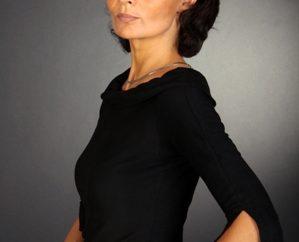 Frau in schwarzem Pullover