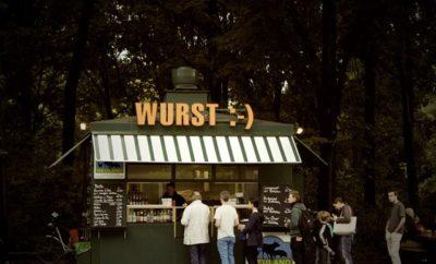Männer vor Bockwurst-Stand