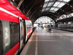 Bahn hlt in Bahnhof